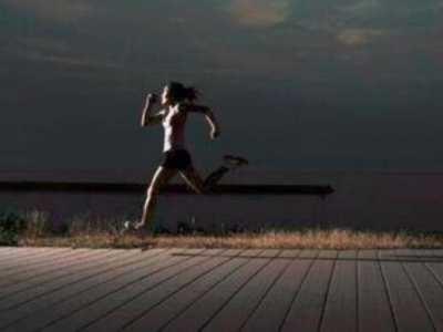 10点睡前运动好吗 晚上10点跑步对身体好吗